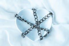 Le symbole de coeur dans les chaînes, sur un fond clair photographie stock