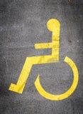 Le symbole de fauteuil roulant dans un parking marque le parking handicapé Photo libre de droits