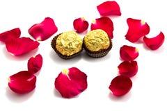 le symbole de l'amour avec a monté, chocolat, le jour des valentin Photos stock