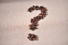 le symbole de Question-marque fait à partir du café cultive sur le fond beige Images stock