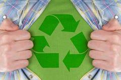 Le symbole de réutilisation sur un T-shirt vert Photo stock