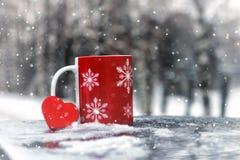 Le symbole du coeur rouge d'amour et de fidélité forment comme cadeau pour Valentine Day Image stock