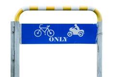 Le symbole du trafic signifie la direction d'entraînement pour la bicyclette et la moto seulement photos stock