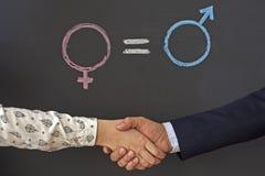 Le symbole femelle de genre est égal au concept masculin de l'égalité entre les sexes Photo stock