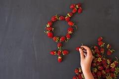 Le symbole femelle de genre est égal au concept masculin de l'égalité entre les sexes fait avec des fraises Photographie stock