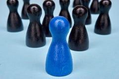Le symbole pour la direction avec le jeu figure dans le bleu et le noir Image stock
