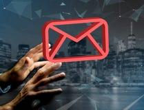 Le symbole rouge d'email a montré sur une interface futuriste - le message a Image libre de droits