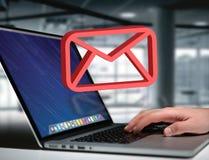 Le symbole rouge d'email a montré sur une interface futuriste - le message a Images libres de droits