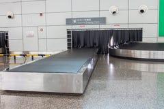 Le système de bagages de bande de conveyeur à l'intérieur de l'aéroport Images libres de droits