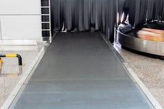 Le système de bagages de bande de conveyeur à l'intérieur de l'aéroport Images stock