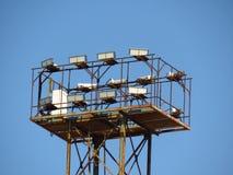 Le système de flash puissant a monté sur le haut mât sur le plan rapproché de fond de ciel bleu image libre de droits