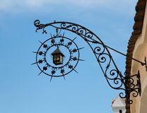 Le système médiéval de fer travaillé signent dedans la forme du lanter Photographie stock libre de droits