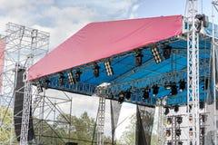 Le système professionnel de projecteur a monté sur l'étape extérieure de concert Photos stock