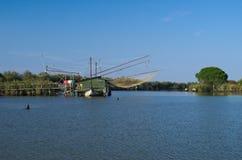 """Le système traditionnel de pêche a appelé le  d'""""Bilancione†sur le delta le fleuve Pô Images stock"""