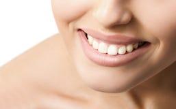 Le tänder för vit för kvinnamunwithl Royaltyfri Foto
