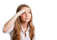 Le tänkande kvinna som ser på copyspace Royaltyfria Foton