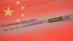 Le téléchargement introduit sur un ordinateur, drapeau de la Chine banque de vidéos