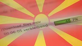 Le téléchargement introduit sur un ordinateur, drapeau de Macédoine banque de vidéos