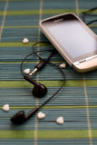 Le téléphone d'écran tactile avec l'écouteur a placé sur la composition simple en plan rapproché unique de support Photographie stock