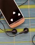 Le téléphone d'écran tactile avec l'écouteur a placé sur la composition simple en plan rapproché unique de support Image stock