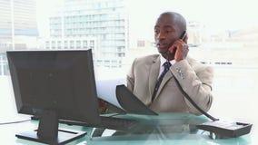 le téléphone d'homme d'affaires s'est inquiété banque de vidéos