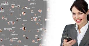 Le téléphone de participation de femme avec des portraits de profil des personnes entre en contact photo libre de droits