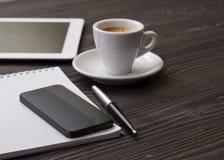 Le téléphone intelligent de noir de lieu de travail avec le carnet Photo libre de droits