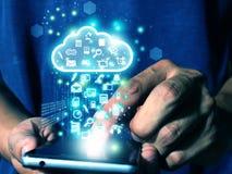 Le téléphone intelligent de presse d'homme envoient des données au nuage photo libre de droits