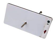 Le téléphone moderne est à travers passé par un clou rouillé de fer Maintenant personne Photo stock