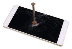 Le téléphone moderne est à travers passé par un clou rouillé de fer Maintenant personne Photos libres de droits