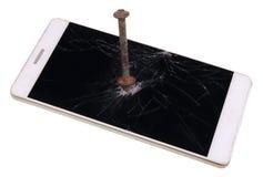 Le téléphone moderne est à travers passé par un clou rouillé de fer Maintenant personne Images stock