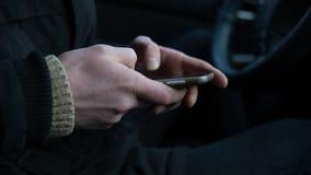 Le téléphone portable dans le mâle remet le plan rapproché Technologie moderne de nos jours Orientation peu profonde Images libres de droits