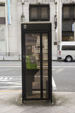 Le téléphone public sur la voie près de la route du trafic pour des personnes emploient p images stock