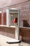 Le téléphone rouge est sur la rue Photographie stock libre de droits