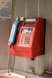 Le téléphone rouge est sur la rue Photo libre de droits