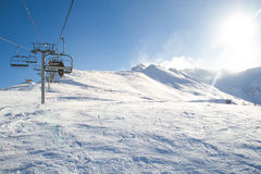 Le télésiège d'hiver, remonte-pente un jour ensoleillé portent des skieurs Photographie stock libre de droits
