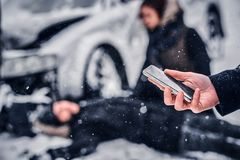 Le témoin de l'accident garde le téléphone et va appeler le service de délivrance photo stock