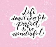 Le ` t de doesn de la vie doivent être parfait pour être merveilleux Citation inspirée, typographie de brosse sur le fond rose illustration stock