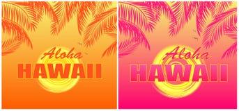 Le T-shirt imprime avec le lettrage d'Aloha Hawaii, le soleil et les palmettes oranges et roses sur le fond estival chaud photos libres de droits