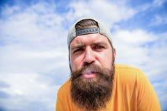 Le tabagisme l'aide à détendre Tabagisme barbu d'homme extérieur Intoxiqué de tabagisme avec la longues barbe et moustache Homme  photo stock