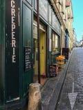 Le Tabelle hanno messo per pranzo a creperie su una via di Parigi immagini stock libere da diritti