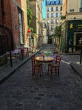 Le Tabelle hanno messo per pranzo su una via di Parigi Immagine Stock