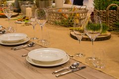Le Tableau dans le restaurant a servi à plusieurs personnes avec des verres et des plats Photos stock