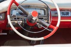 Le tableau de bord de la vieille voiture rouge Photographie stock libre de droits