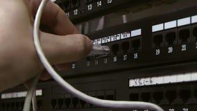 Le tableau de connexions, ingénieur insertion-enlèvent la corde de correction Mains banque de vidéos