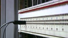 Le tableau de connexions, ingénieur insertion-enlèvent la corde de correction Mains clips vidéos