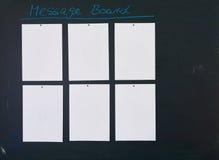 Le tableau noir comme table des messages avec six feuilles de papier blanches vides a attaché à lui Photographie stock libre de droits