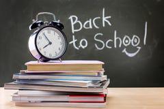 Le tableau noir est écrit de nouveau à l'école Livres et horloges Concentré image stock