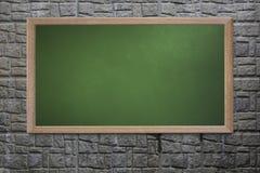 Le tableau noir vide de vieille école sur un mur grunge et peut texte d'entrée Photo libre de droits