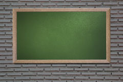 Le tableau noir vide de vieille école sur un mur grunge et peut texte d'entrée Photographie stock libre de droits